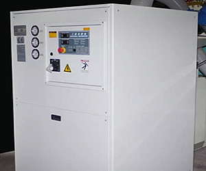 Dehumidifier system avoid the mold sweating for faster cycle time